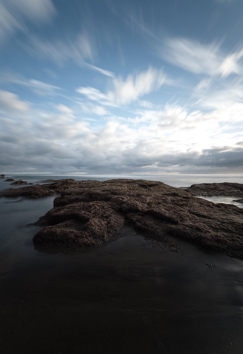 Fotografía de larga exposición diurna en los alrededores de la playa de Vagabundos, Santa María de Guía, litoral de la costa de Gran Canaria.