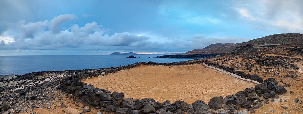 Fotografía panorámica salina abandonada en La Carraqueña, litoral de Arucas. Debajo de la carretera del norte de Gran Canaria