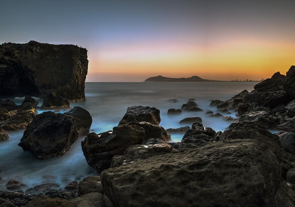 Impresionante amanecer en la playa de punta de Arucas en el litoral del norte de Gran Canaria