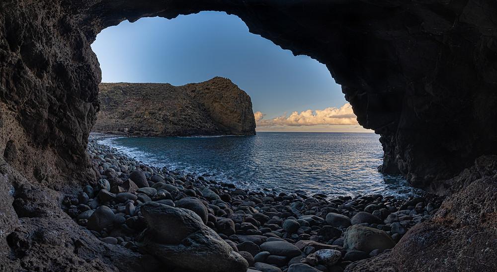 Amanecer desde la cueva de Playa del Juncal, en Gran Canaria