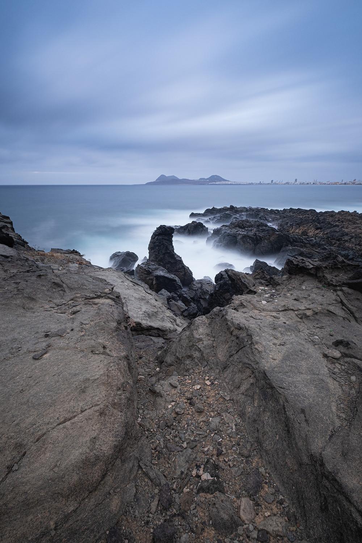 Fotografía larga exposición con filtro ND 10 pasos. Lava volcánica. Las Palmas de Gran Canaria