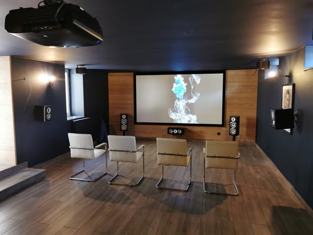 Aménagement salle de home cinéma 7 enceintes