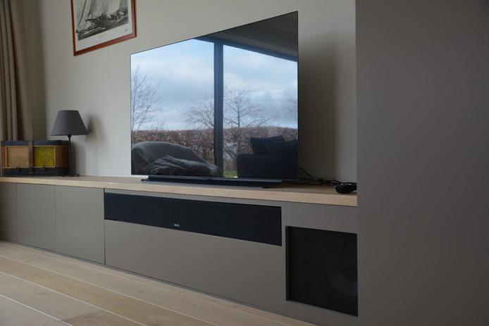 Installation home cinéma avec barre de son frontale 3 voies