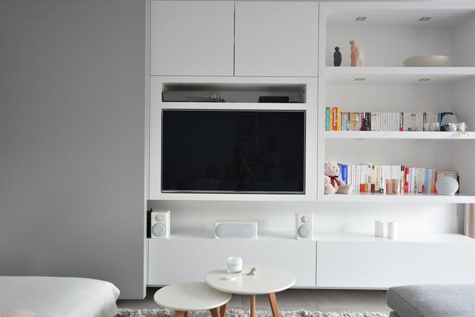 Kit de cinéma privé installé dans un meuble de salon