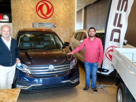El piloto de Rallyes Salvador Rubén Serrano conoce las instalaciones de DFSK Málaga