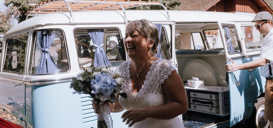 La mariée devant un van