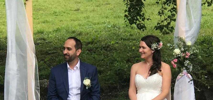 Les mariés sous l'arche fleurie