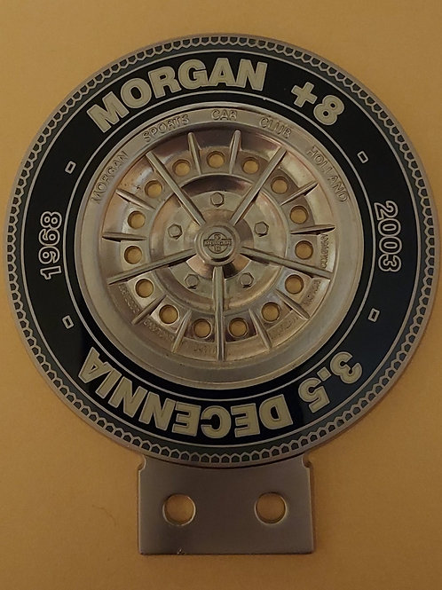 Morgan +8 3.5 Decennia badge, cream letters