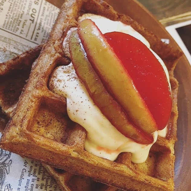 📍Barcelona, Spain - Carrot Cake Waffles Topped With Vanilla Cream Icing And Candied Apples 🥕🥞🍎