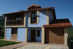 Vista casa azul con garaje