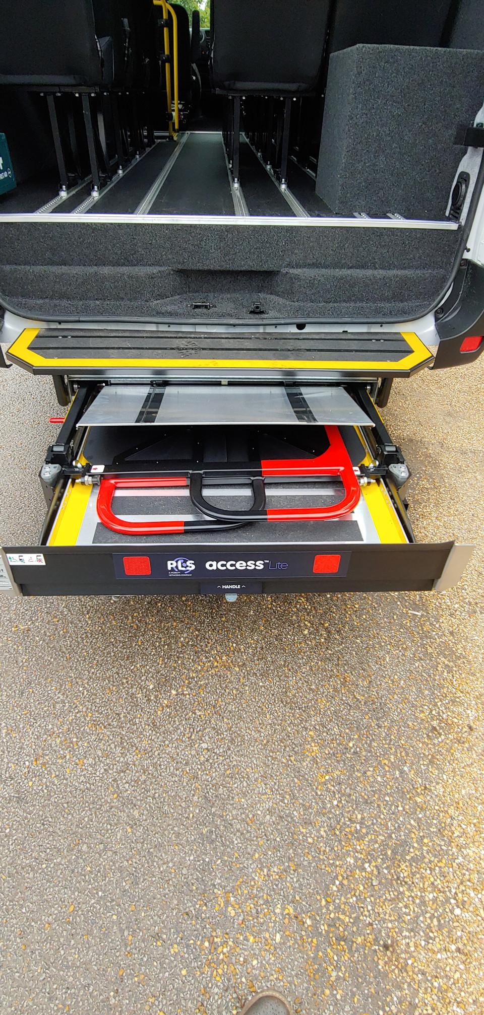 Underfloor hydraulic tail lift