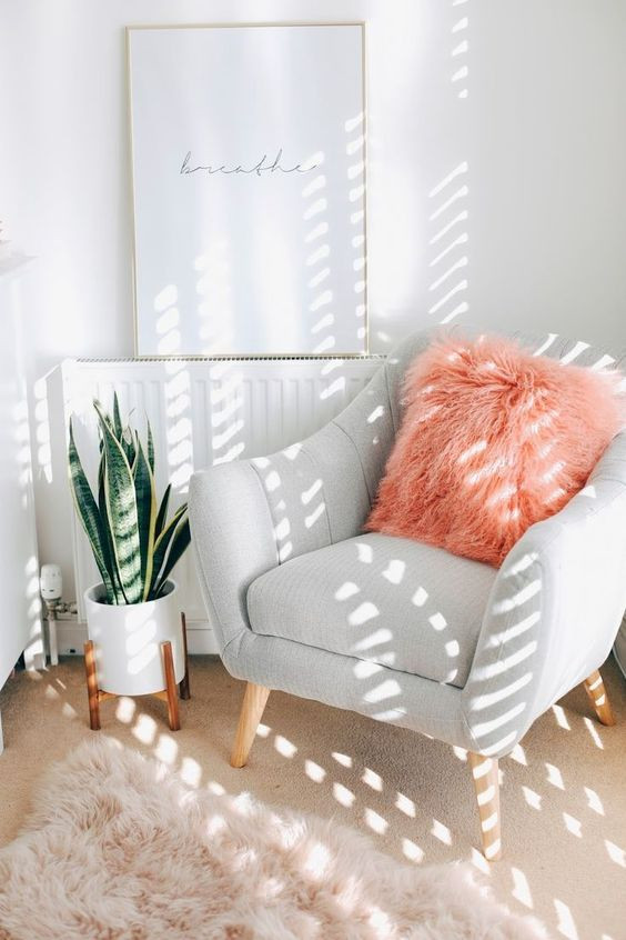 sala com decoração de pelúcia almofada e tapete de pelúcia