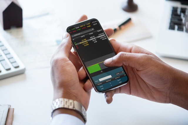 לקנות מניות בטלפון