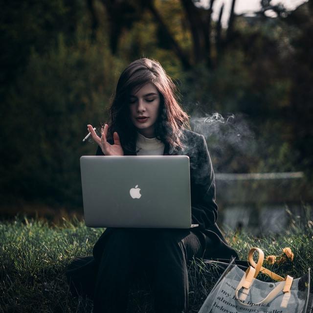 אישה מחפשת לקנות אתר אינטרנט