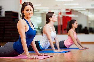 3 femmes au sol buste relevé bras tendus gym