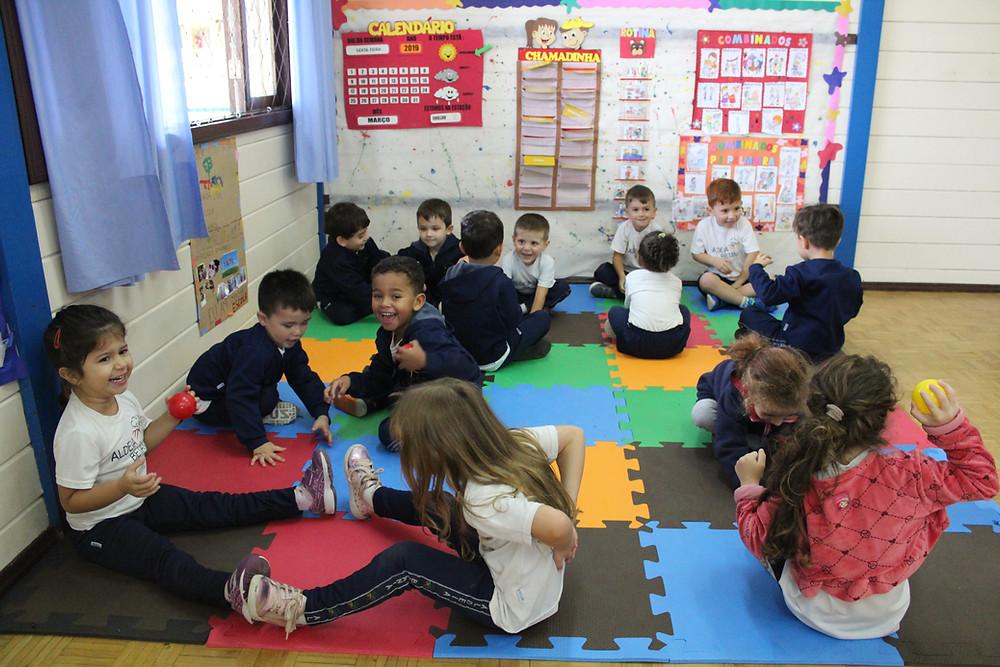 Dar oportunidade para criança brincar, descobrir e viver sua infância é extremamente importante para essa metodologia.