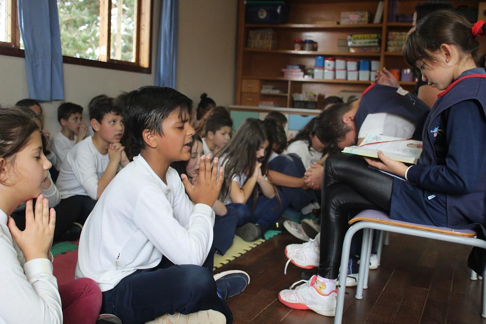 Momento de reflexão das crianças na Escola Aldeia Betânia