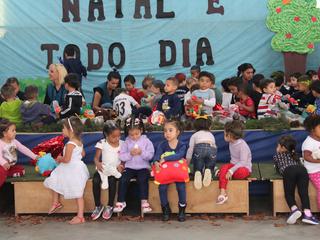 Crianças do CEISB recebem brinquedos arrecadados em campanha promovida pelo SESC em parceria com a R