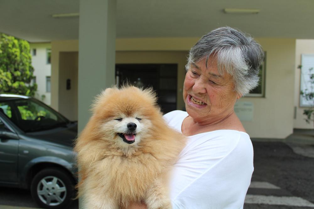 Hanni e seu cachorrinho de estimação