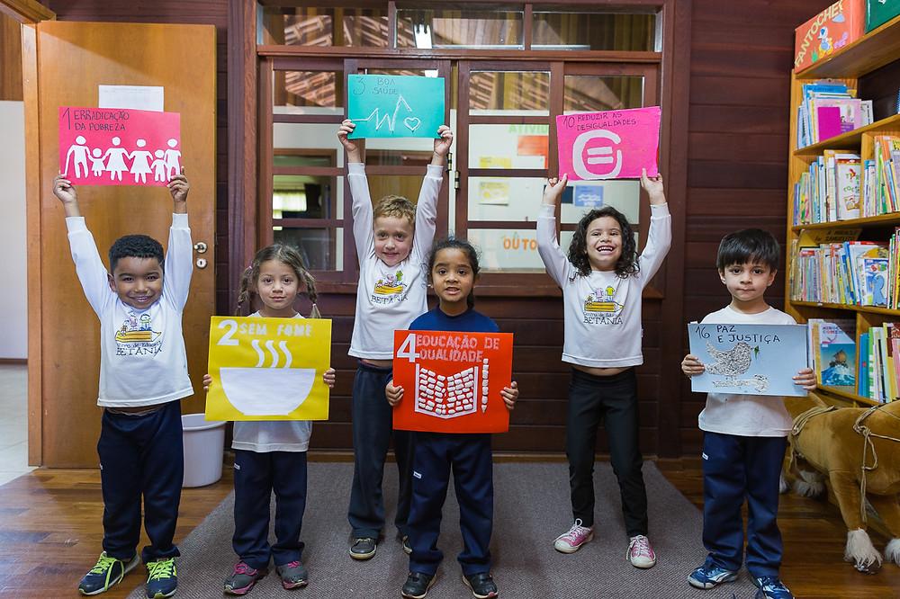 Crianças com logo ODS