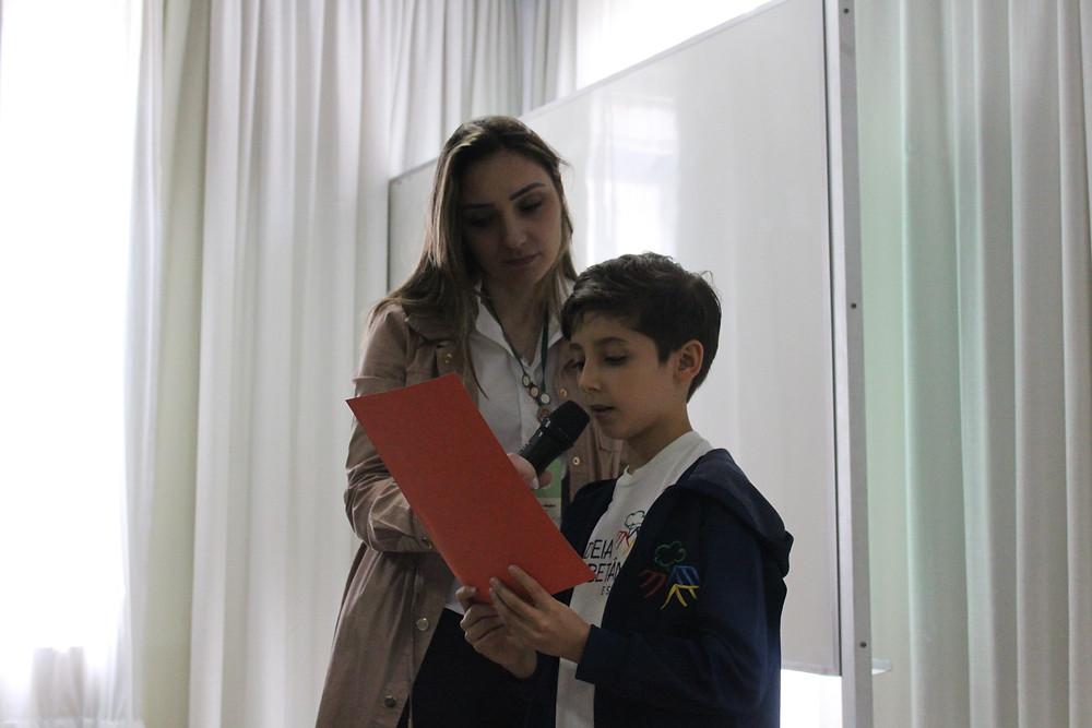 Pedro Said lendo texto produzido por ele aos visitantes do fórum