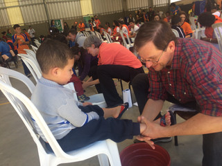 Crianças têm pés lavados por voluntários e ganham calçados novos