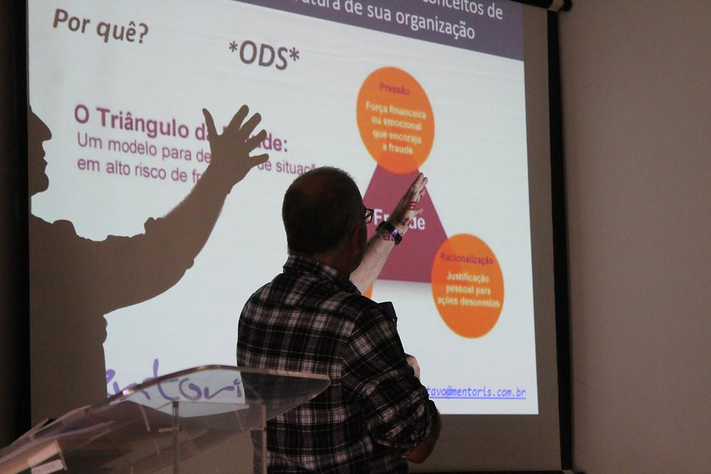 Gustavo Brandão explicando o tema para os participantes