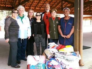 Crianças do CEISB recebem doações de toucas para inverno