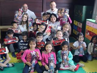Voluntários fazem doação de brinquedos para crianças do CEISB