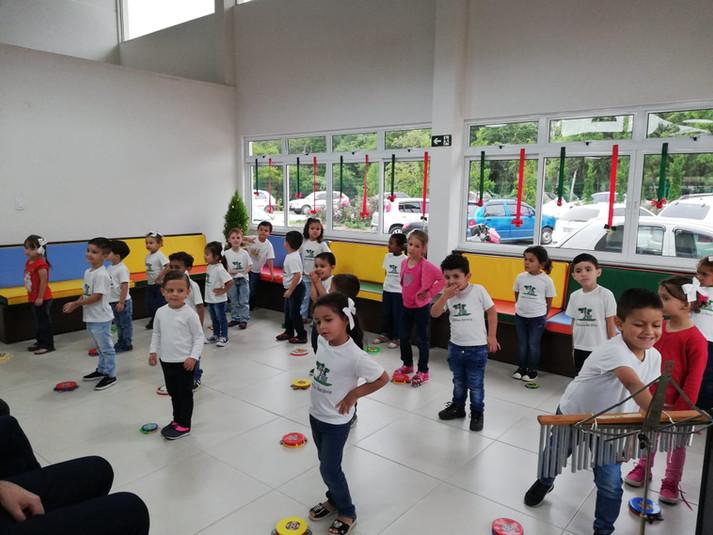 Alunos emocionam os convidados em sua primeira apresentação de natal da Escola Estância Betânia