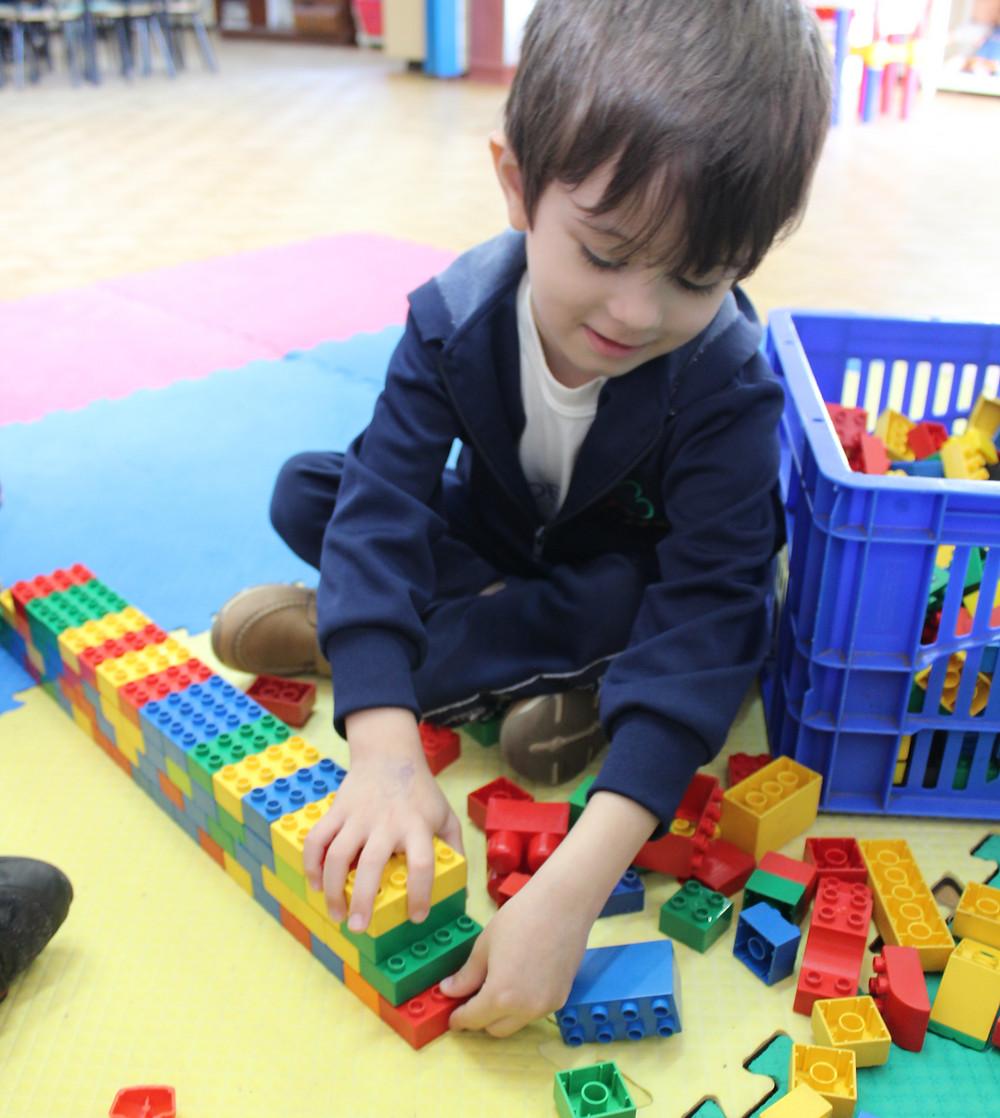 Crianças descobrindo e usando a imaginação