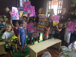 Emoção e alegria: Crianças do Centro de Educação ganham presentes de Natal
