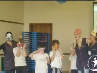 Momento de louvor na Escola Aldeia Betânia