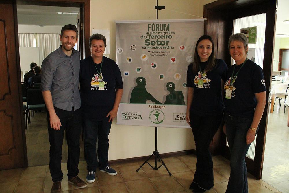 Paulo Cruz e organizadoras do evento. Foto: Clayton Rucaly