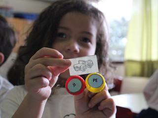 Educadores aliam alfabetização infantil e reciclagem de produtos descartáveis