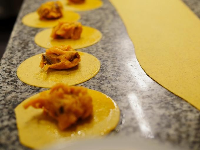 バターナッツかぼちゃとフルーツほおずき、砂肝のラビオリ