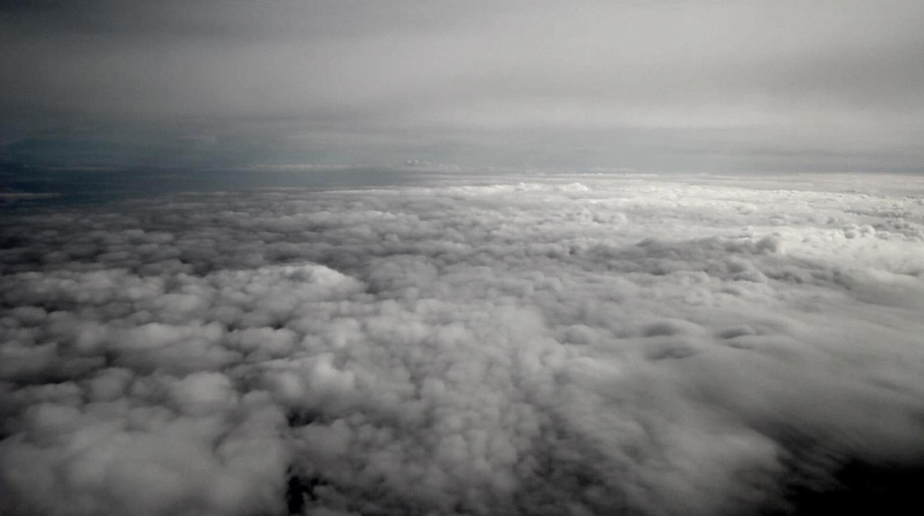 les nuages posent le pied