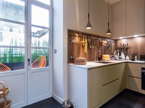 Cuisine atelier   pierre, laque blanche et bois