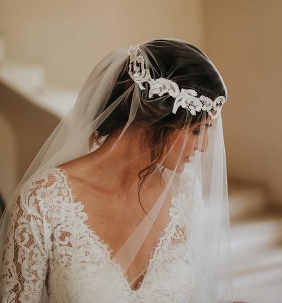 Robe de mariée sirène chic en dentelle en mousseline avec son voile en tulle fluide à Marseille