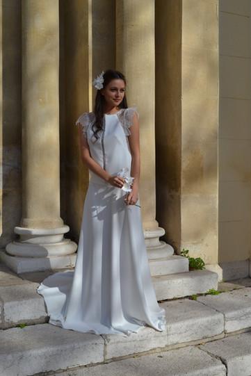 Robe de mariée de location champêtre en dentelle de Calais et en crêpe Marseille