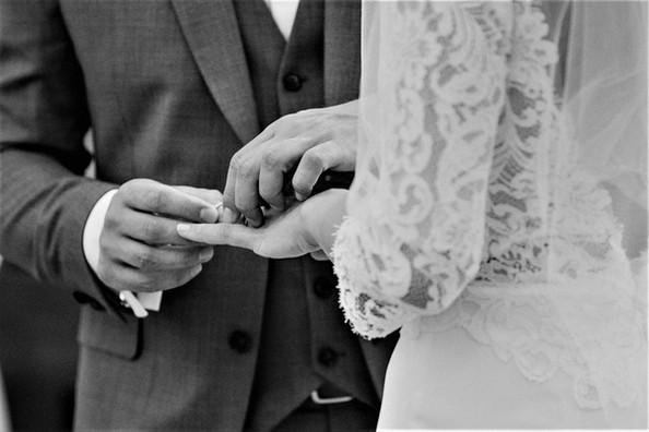 Robe de mariée vintage dos nu longue en dentelle de Prada et en mousseline soyeuse à Marseille