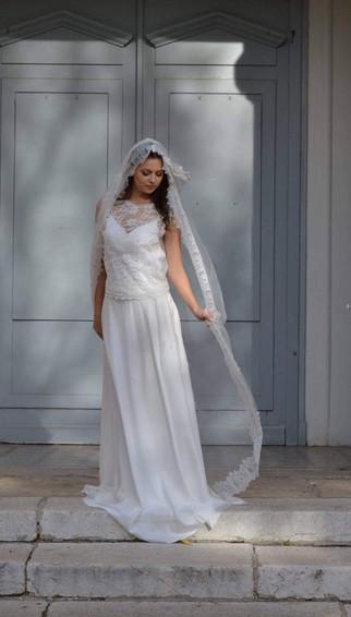 Robe de mariée romantique bohème en dentelle de Calais en mousseline de soie et en crêpe à Marseille