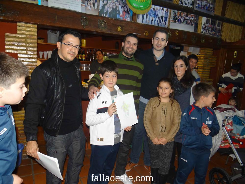 Càrrecs i artistes junt al guanyador del concurs, Carlos Alcalà.