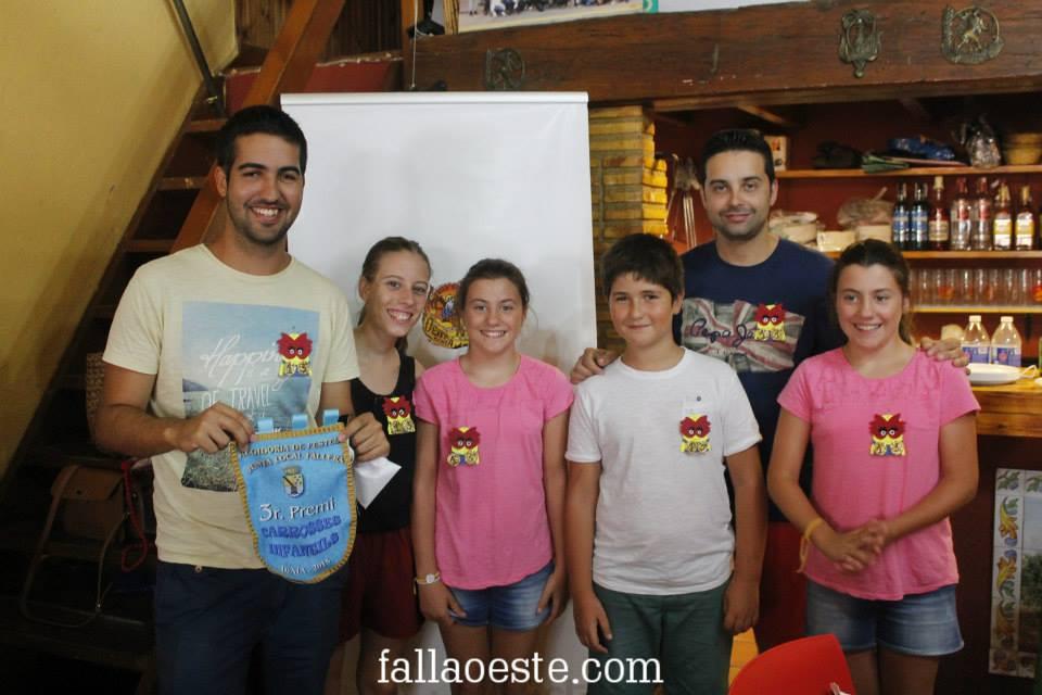 Entrega del banderí infantil al artista de la carrossa infantil