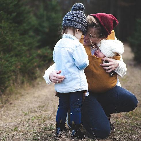 natur_kvinna_omfamnar_barn_på_skogspro