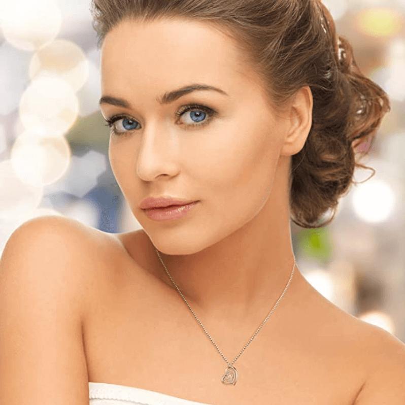 Mujer linda con collares con letra A colgante