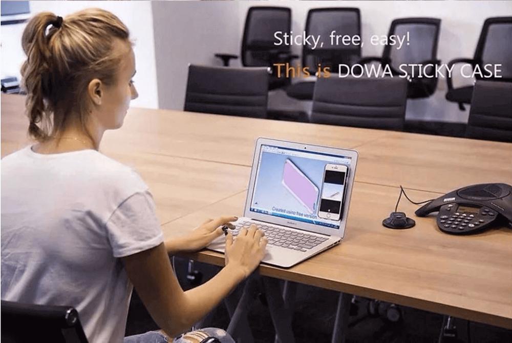 Chica sentada en su computadora con funda anti gravedad