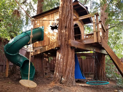 kids-backyard-treehouse-playground-builders