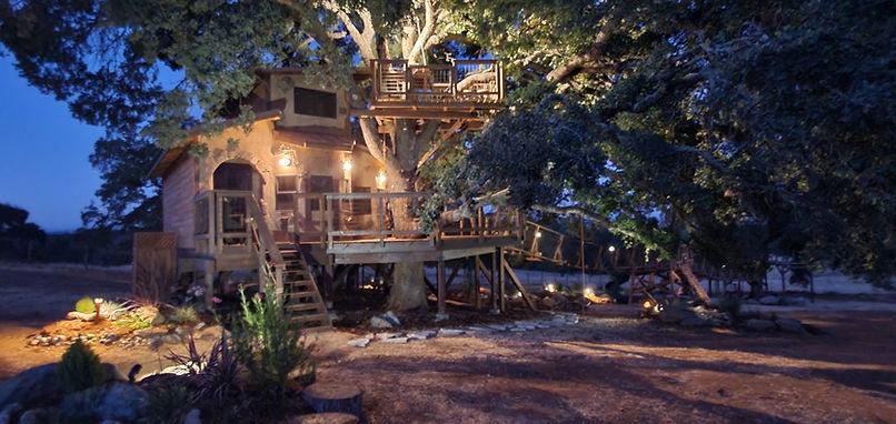 the-enchanting-hobbit-villa-treehouse[1].jpg