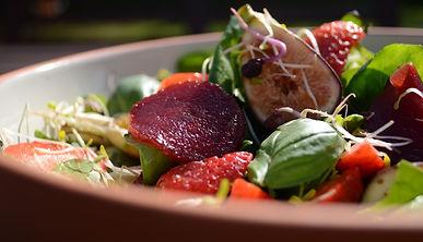 Sommersalat mit Erdbeeren, Feigen und roter Bete